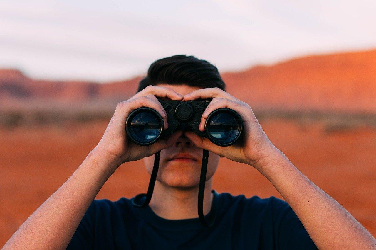 Fernglas ist nicht gleich Fernglas. Es gibt sie in unterschiedlichen Größen und Formen. Achte vor einem Kauf besonders auf die Zoomstufen.