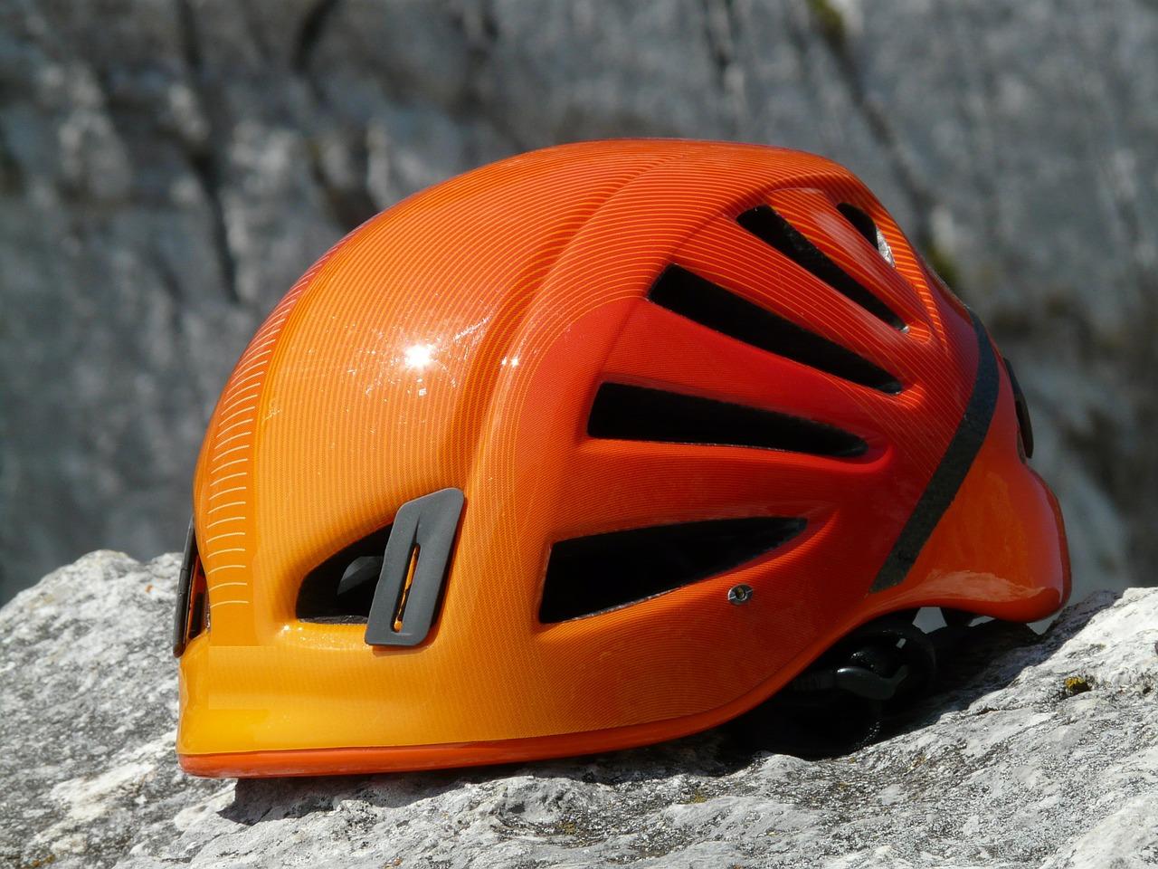 Ein guter Kletterhelm ist extrem wichtig, denn unter anderem schützt er Deinen Kopf vor Kopfverletzungen durch herrunterfallende Gegenstände.
