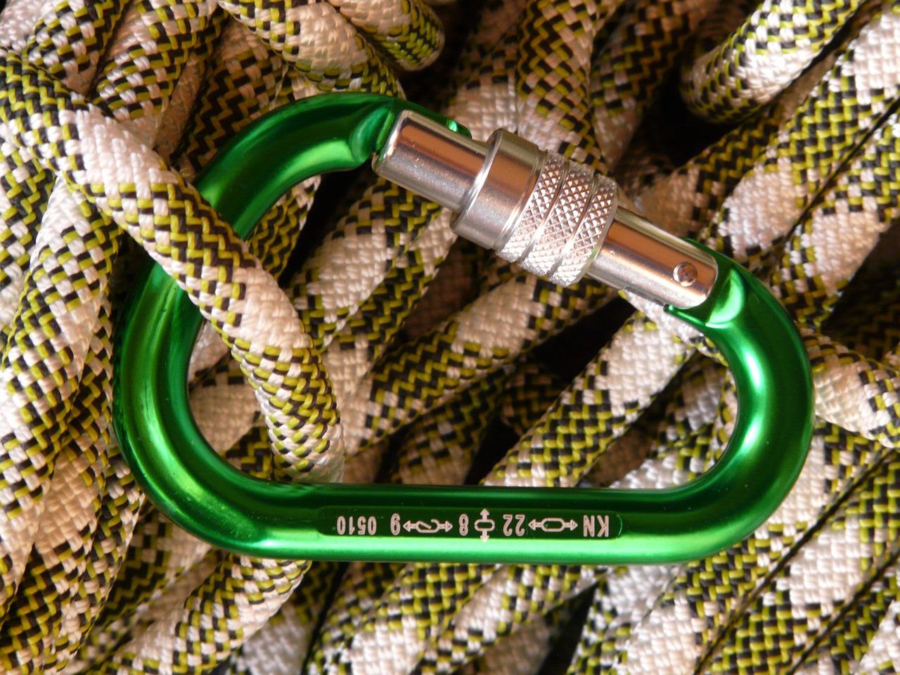 Karabiner welche zum klettern geeignet sind, bestehen in der Regel aus Metall.