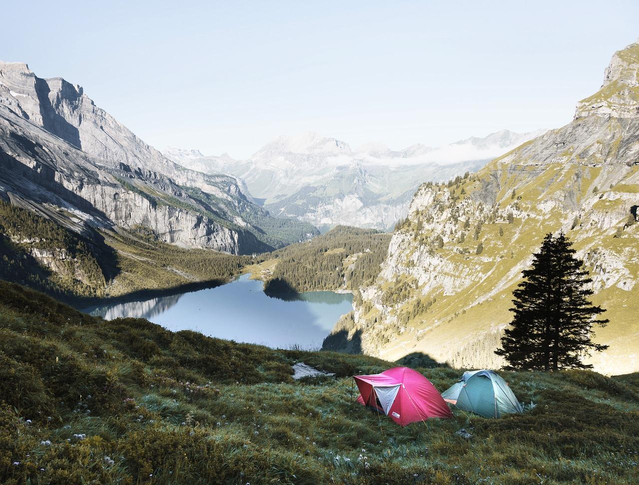 Mit einem Zelt bist Du sehr flexibel was die Wahl des Schlafplatzes angeht. Besonders leichte und kompakte Modelle, können überall mit hin genommen werden.