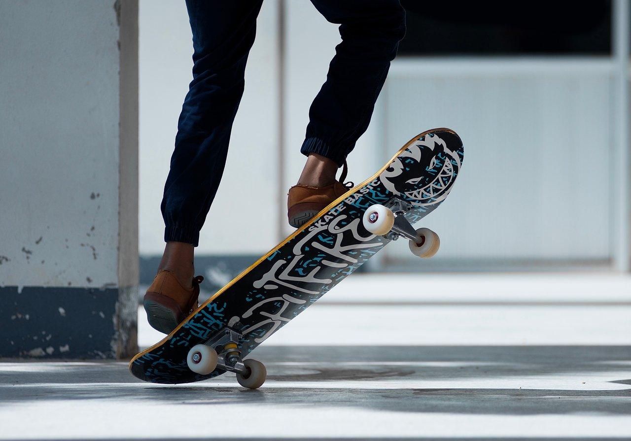 Mit etwas Übung lassen sich nach kurzer Zeit bereits kleinere Tricks auf einem Skateboard ausführen.