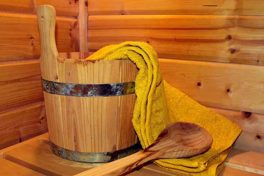 Das Sauna Handtuch muss einiges aushalten können.