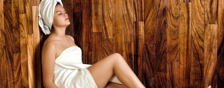 Sauna mit junger Frau