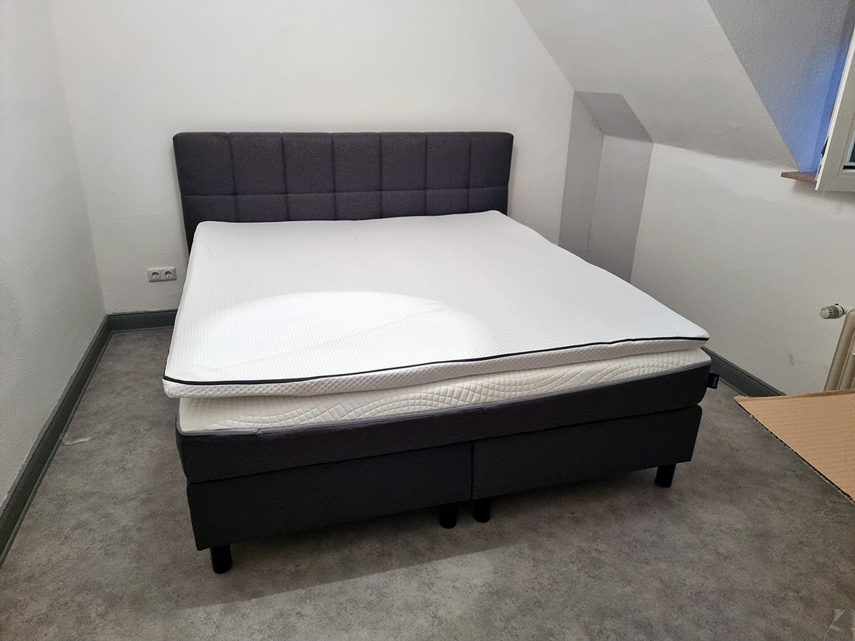 komplett aufgebautes Bett
